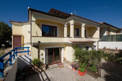 Große Doppelhaushälfte mit Meerblick + 3 separaten Appartements, 08029 Siniscola (Italien), Haus